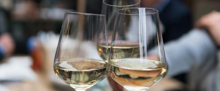 интересни; бялото вино